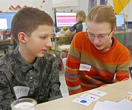 Дети обсуждают результаты деловой игры стартап-конструктор.