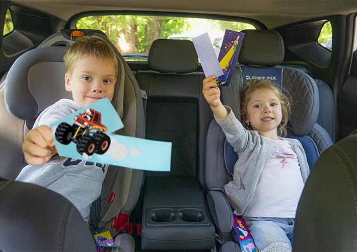 Дети играют в Сгибалки в машине.