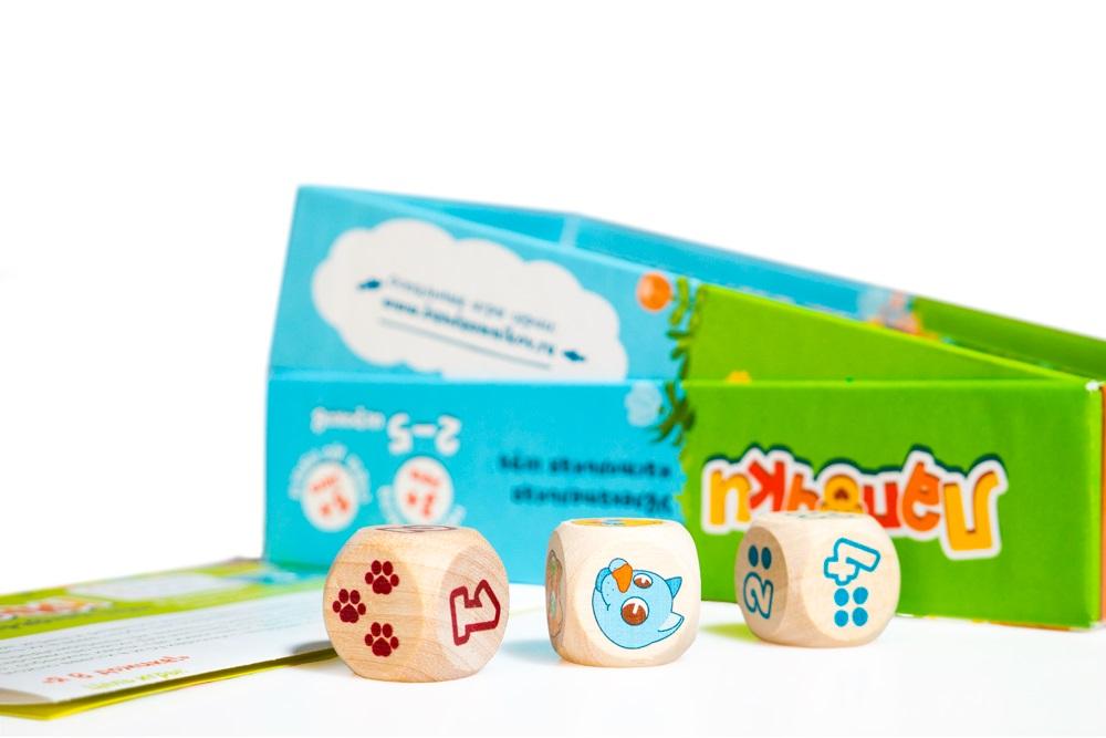 Три кубика: один с животными и два с числами.