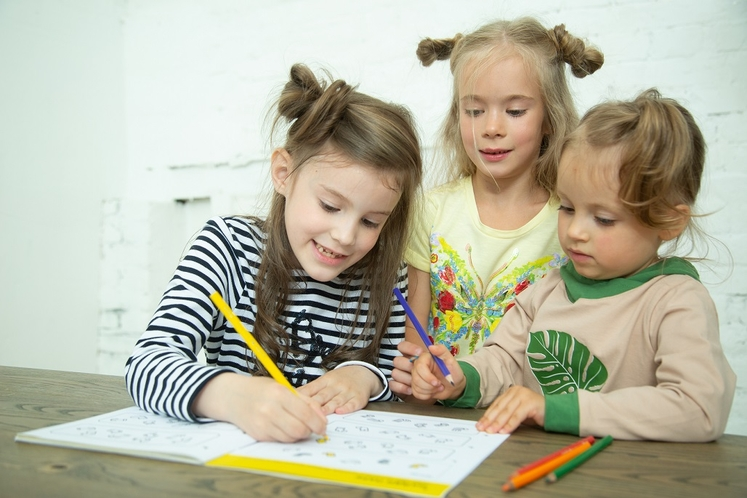 Дети решают задания в тетради.