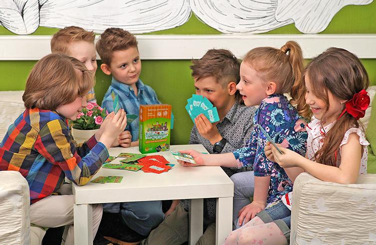 Дети играют в Цветариум