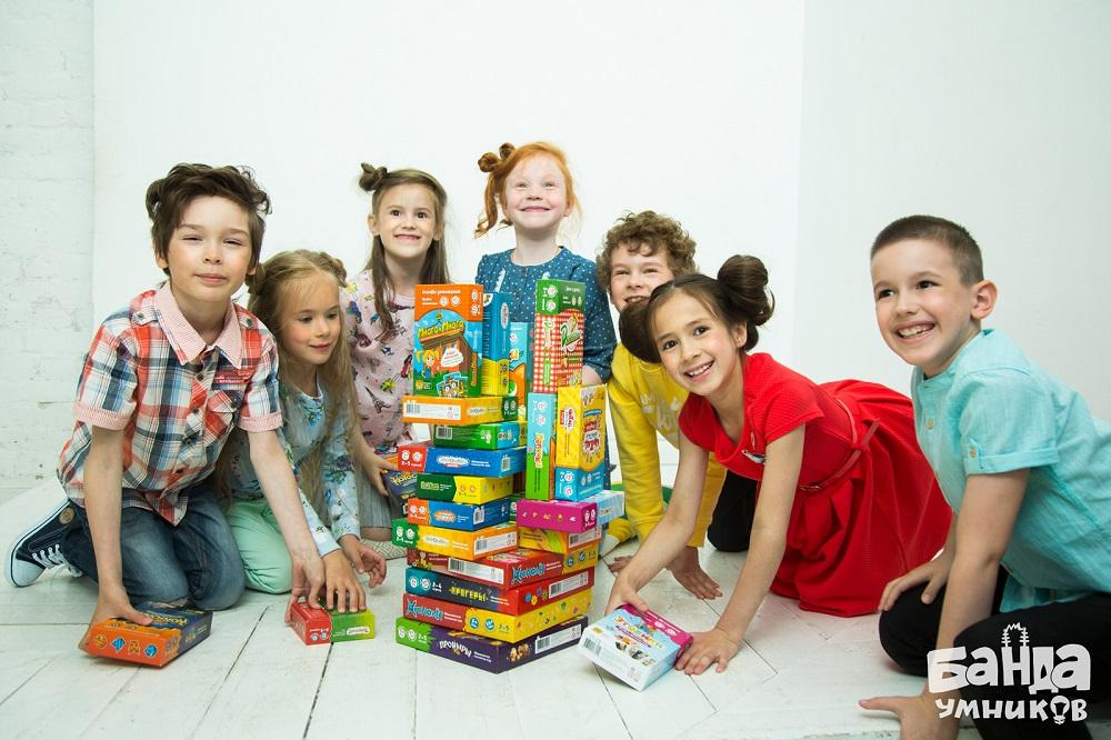 Дети со всеми играми Банды умников.